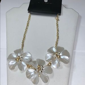 Jewelry - New New York & Company Resins Flower Necklace